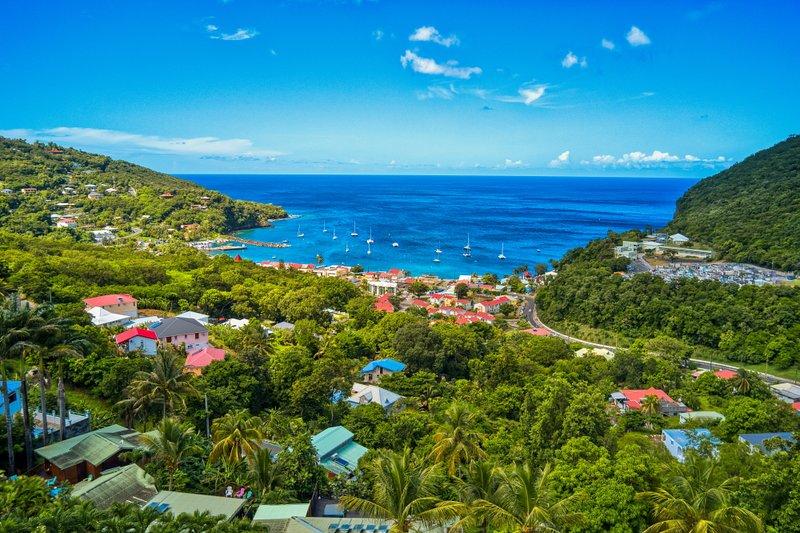 Vue sur le village de Deshaies et la mer des Caraïbes, Guadeloupe, à partir de la terrasse du Lodge