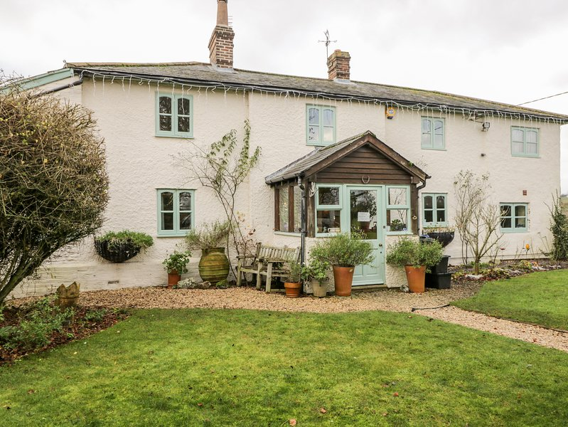 LARKWHISTLE COTTAGE, countryside views, AGA range cooker, en-suite, Ref 968583, vacation rental in Pewsey
