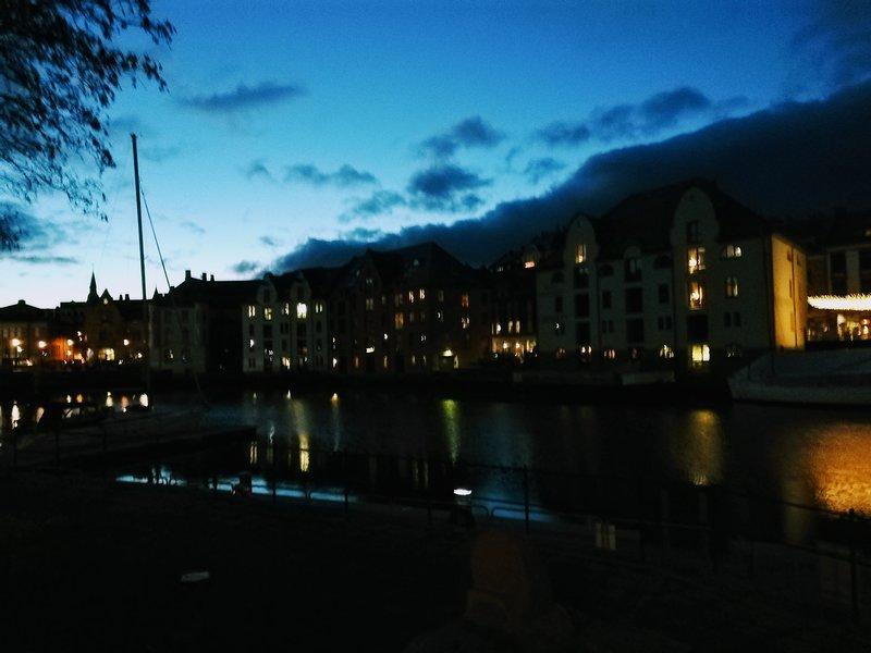 Real Jugendstyle apartment close to everything, aluguéis de temporada em Alesund