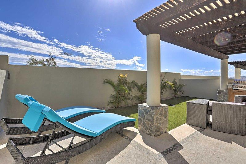 NEW! Luxe Cabo Casa w/ Rooftop Patio + Pool Access, aluguéis de temporada em La Joya