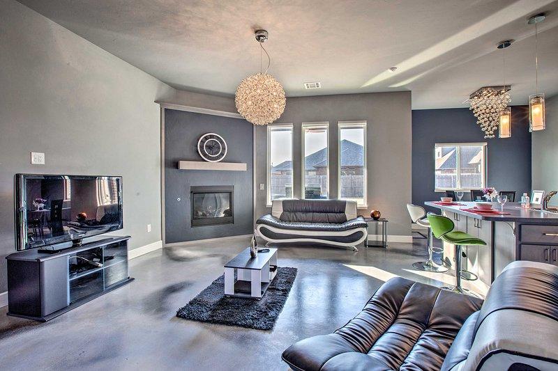 Family-Friendly Home: Private Yard, Modern Kitchen, location de vacances à Guthrie