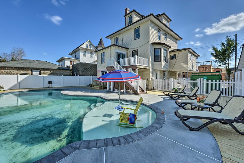 Questa casa vacanza a Wildwood ha un ampio patio recintato e una piscina interrata.
