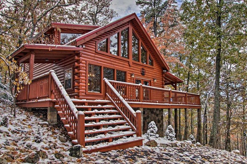 Secluded Smoky Mountain Retreat w/Wraparound Deck!, holiday rental in Hartford