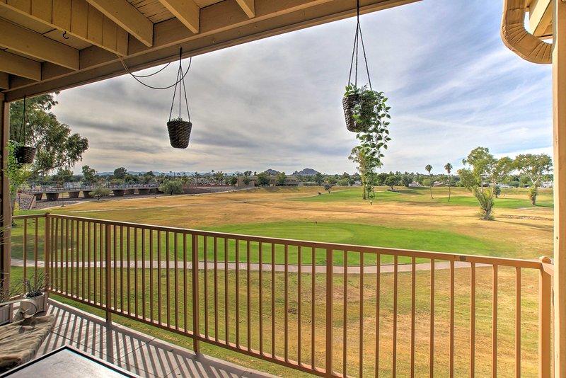 Modern Golf Course Condo w/ Camelback Mtn Views!, alquiler de vacaciones en Scottsdale