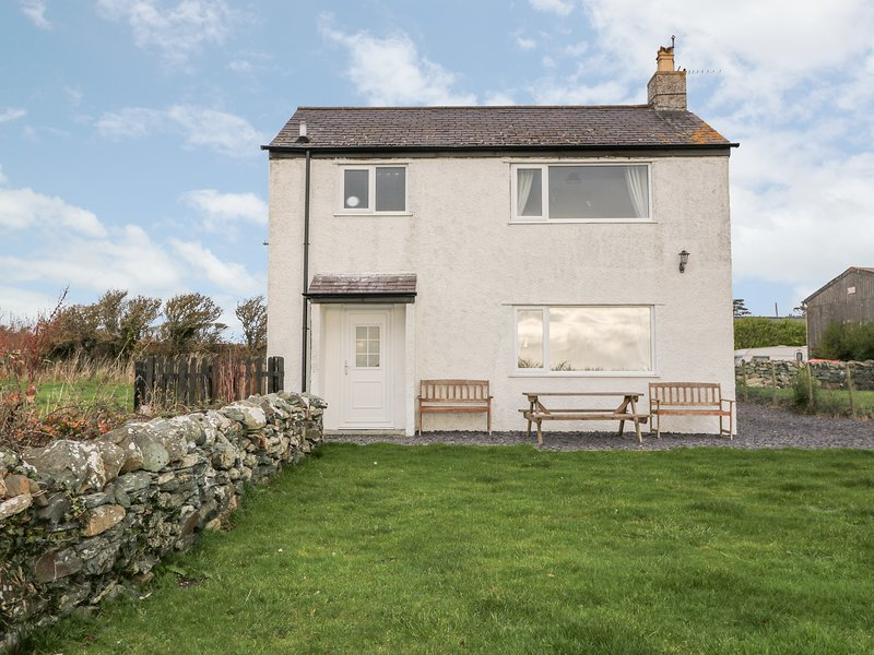 PENTRE IAGO, semi-detached cottage, surrounded by countryside, pet-friendly, in, holiday rental in Rhoscolyn