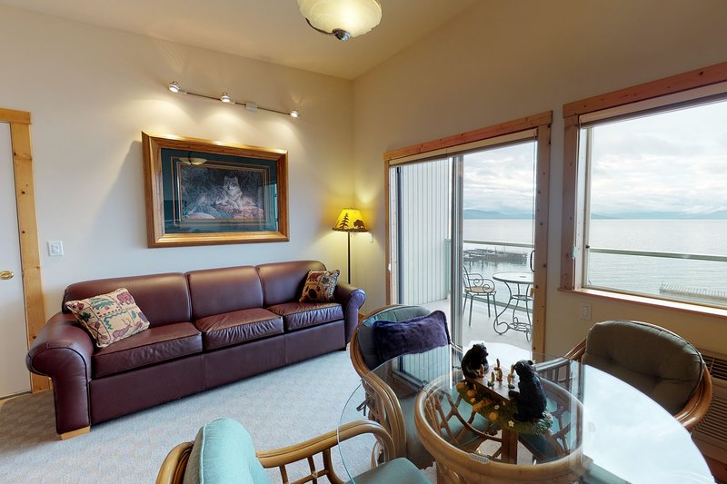 Lakefront condo w/lake views, access to shared dock & boat slip, & jetted tub!, vacation rental in Rollins