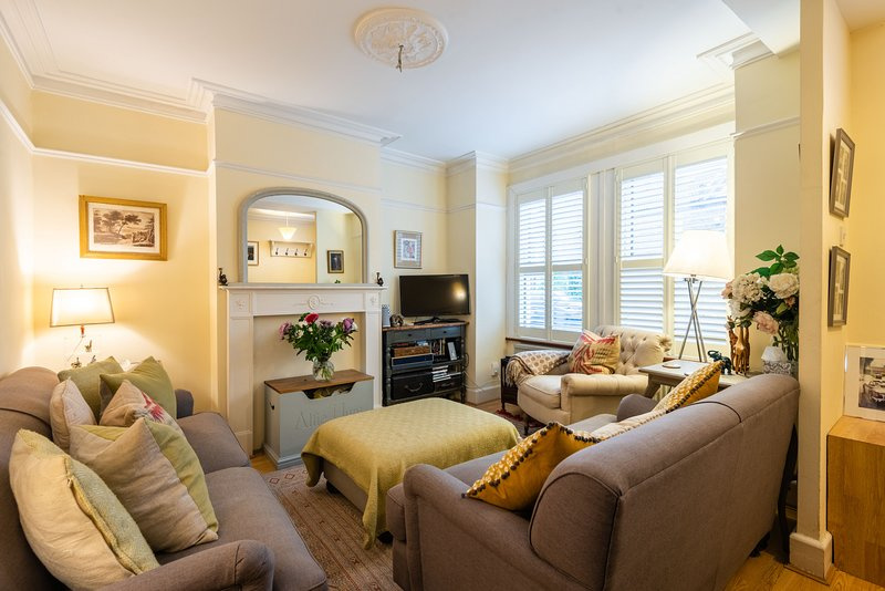 Charming Victorian Family Home in Wimbledon by UnderTheDoormat, vakantiewoning in Mitcham