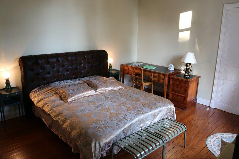 Chambre Verte pour 2 personnes au sein du Château des Tourelles en Vendée, holiday rental in Saint-Georges-de-Montaigu