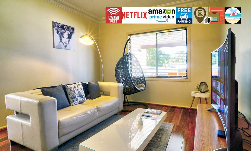 ⭐⭐⭐⭐⭐Entire House w/ plenty Parking:Wi-Fi, 75 Inch TV,  Netflix, Train, Beach, alquiler de vacaciones en Wollongong