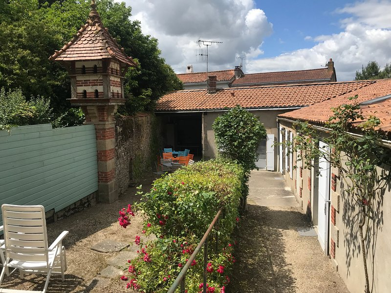 Nice studio with shared pool, location de vacances à Les Herbiers