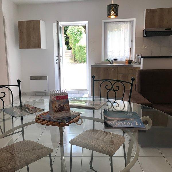 GITE 1 POUR 4 PERSONNES AU SEIN DU DOMAINE DU CHATEAU DES TOURELLES EN VENDEE, holiday rental in Saint-Georges-de-Montaigu