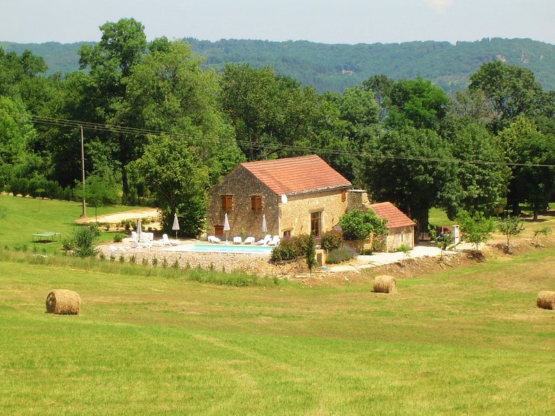 CONVERTED BARN + PRIVATE POOL: THE IDEAL PLACE FOR HOLIDAYS ALL TOGETHER, vacation rental in Berbiguieres