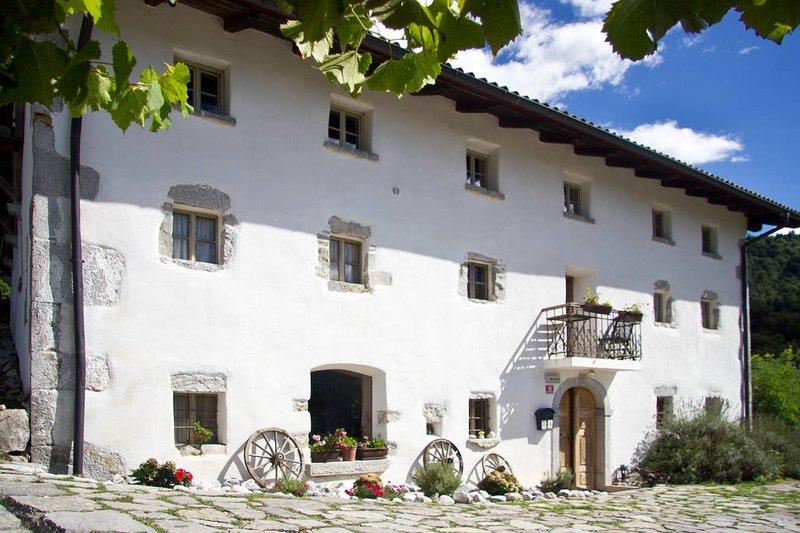 Soca Villa - Luxury private hideaway with swimming pool and stunning views., casa vacanza a Slap ob Idrijci