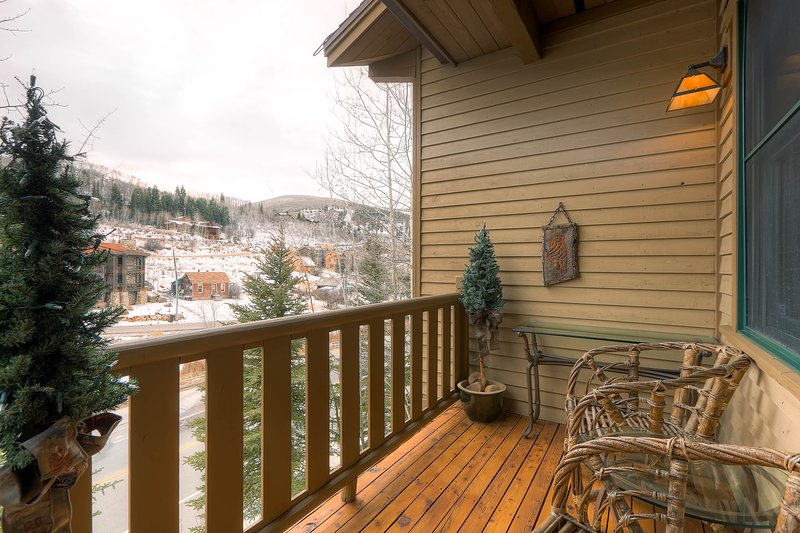 Centrally located condo w/ private hot tub & charming decor - on bus route!, vacation rental in Park City