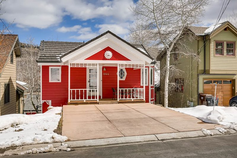 Darling downtown home w/ private hot tub - walk to lifts/Main Street!, vacation rental in Park City