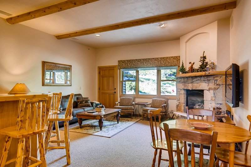 Condo on the free shuttle route w/ two fireplaces - close to skiing & downtown!, vacation rental in Park City