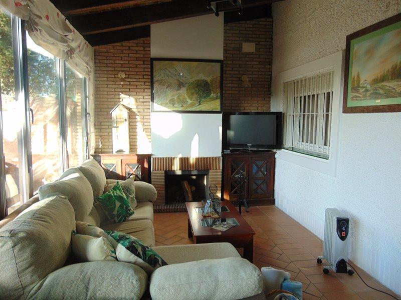 Spacious house with garden & Wifi, aluguéis de temporada em Espartinas