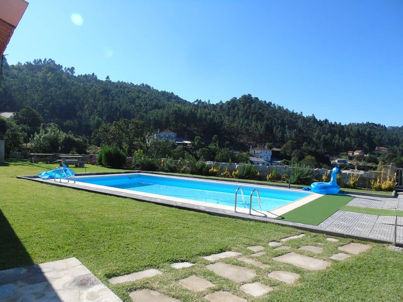 Big villa with swimming-pool & Wifi, location de vacances à Guisande