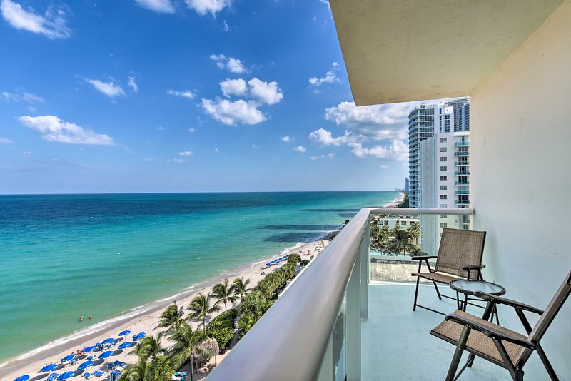 Hollywood Beachfront Condo w/Resort Amenities!, holiday rental in Hallandale Beach