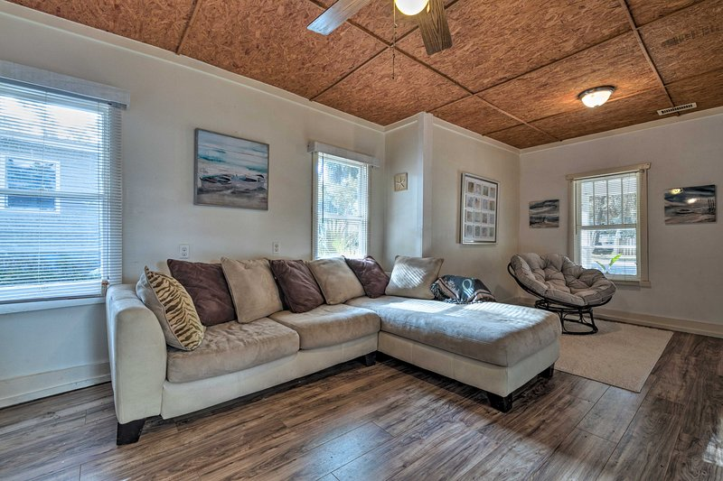 Inside, this home boasts 3 bedrooms, 1 bathroom, and sleeps 6 guests!