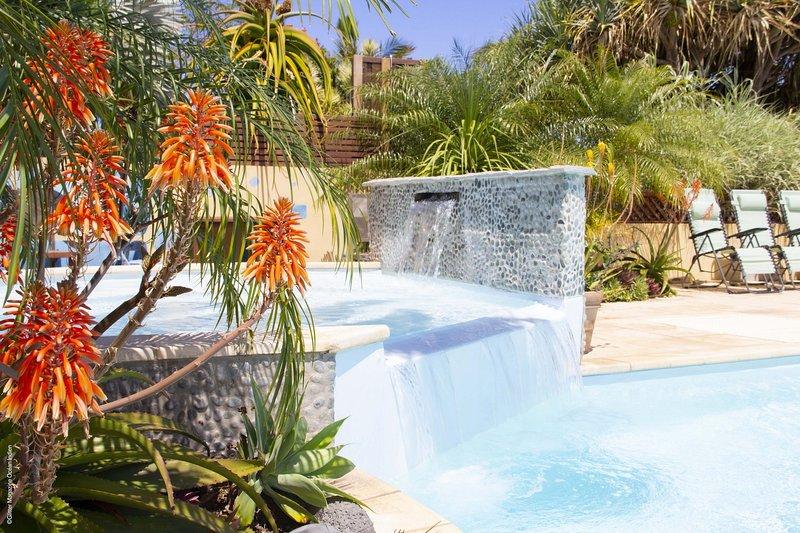 Le  Maloya**** Très beau F2 avec jardin pour 2 à 4 personnes, Piscine & Spa, casa vacanza a Saint-Leu