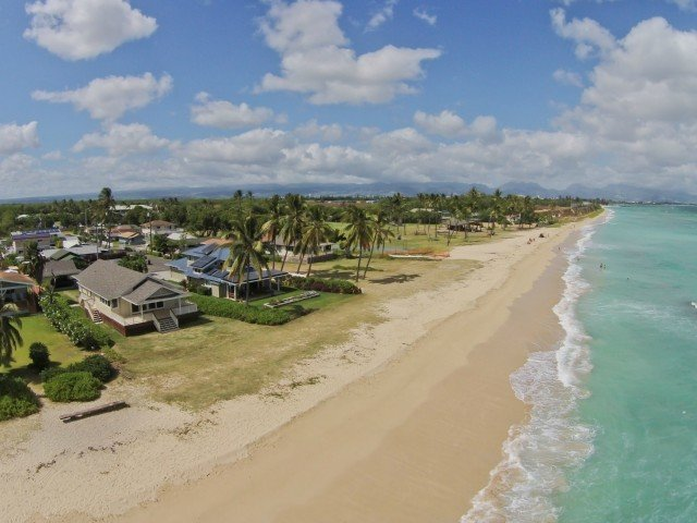 Nene's Beach House / Magnificent Beach is our back yard!  All inquiries welcome!, location de vacances à Waipahu