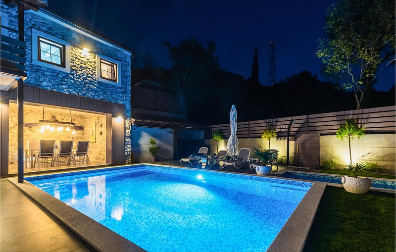 Nice home in Tribalj with Outdoor swimming pool and 3 Bedrooms (CKC082), location de vacances à Tribalj