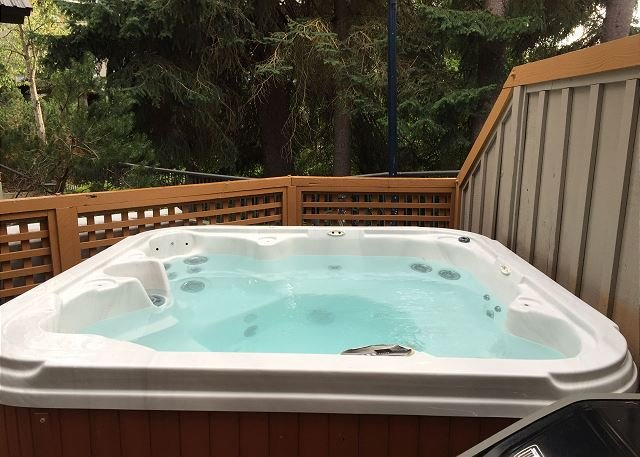109 Glaciers Reach, a 2br home with a hot tub & pool in Whistler Village, vacation rental in Pemberton