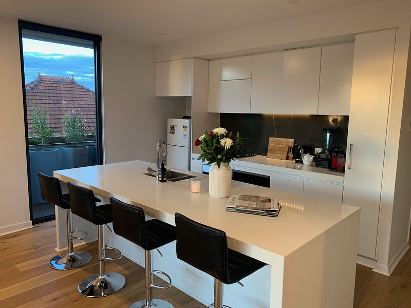 Private room/ bathroom in modern suburban apartment, holiday rental in Balwyn