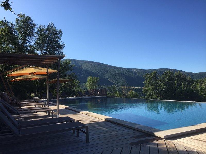 GITE DE CHARME 2 PERSONNES AU COEUR D'UN DOMAINE DE 100 HECTARES, holiday rental in Montauban-sur-l'Ouveze