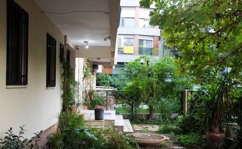 Private Mini-Apartment with Garden in Bostanlı, holiday rental in Izmir