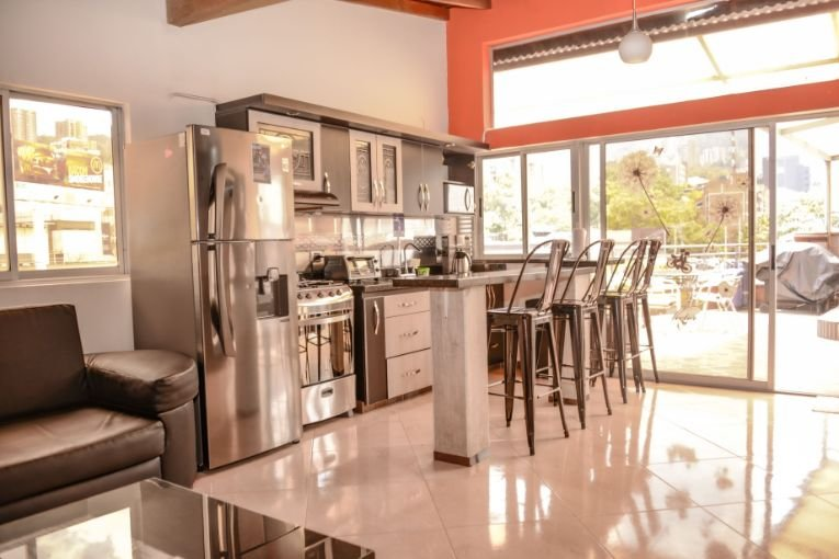 5 Bedroom PH and 2 bedroom below it ROOF DECK HOT TUB AC Can Party here., location de vacances à Medellin