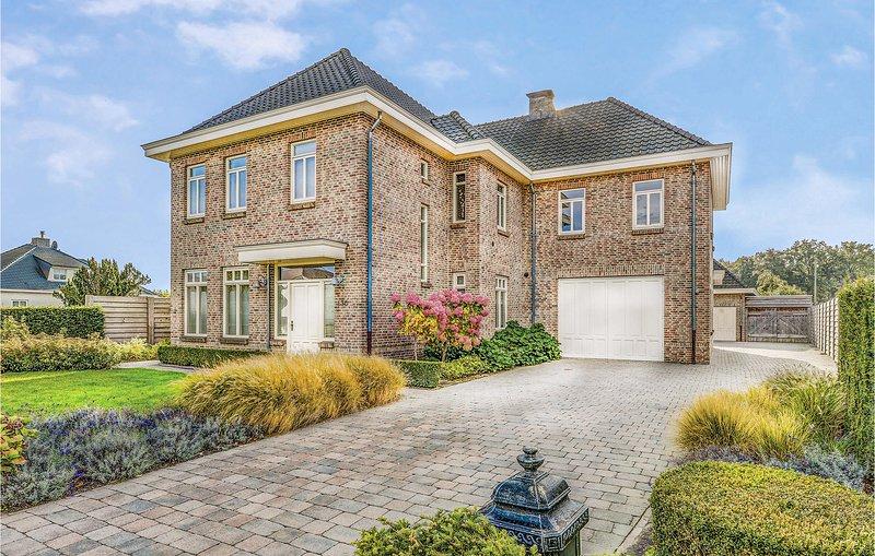 Stunning home in Neerpelt with 4 Bedrooms and WiFi (BLI025), aluguéis de temporada em Neerpelt