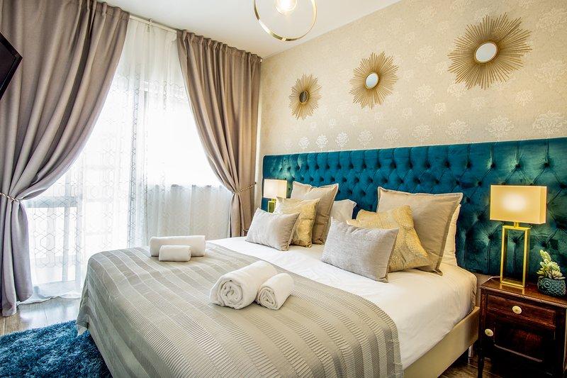 Dormitorio de la suite con un cómodo colchón king size y TV. Convertible en cama doble.