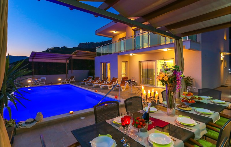 Stunning home in Kucine with WiFi and 4 Bedrooms (CDE979), vacation rental in Kucine