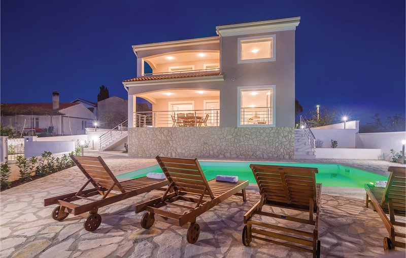 Amazing home in Linardici with WiFi and 4 Bedrooms (CKK828), holiday rental in Poljica