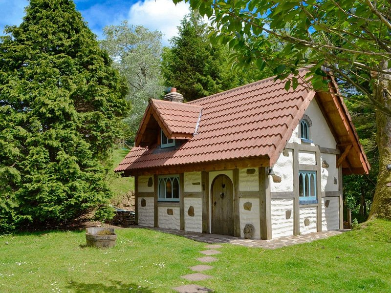 Snow Whites House - UK11479, vacation rental in Llannon