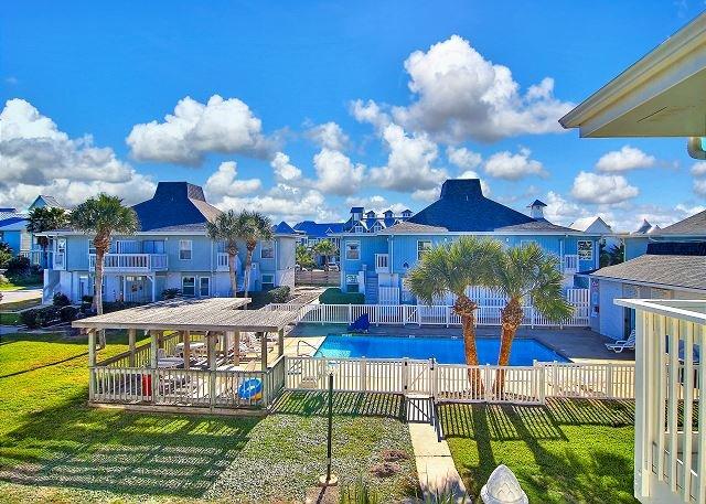 Beach Access! Golf cart Accessible boardwalk! 2 Community Pools!, location de vacances à Port Aransas