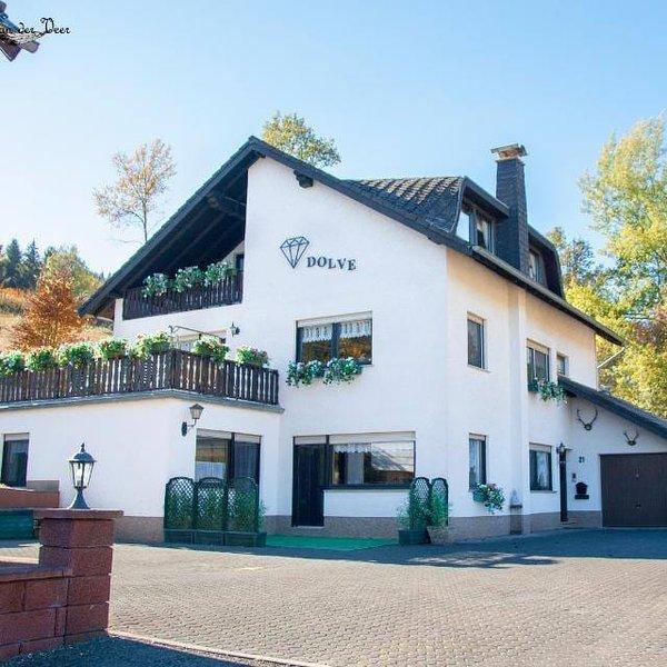 Ruim Appartement in de vulkaaneifel voor 6 personen, holiday rental in Densborn