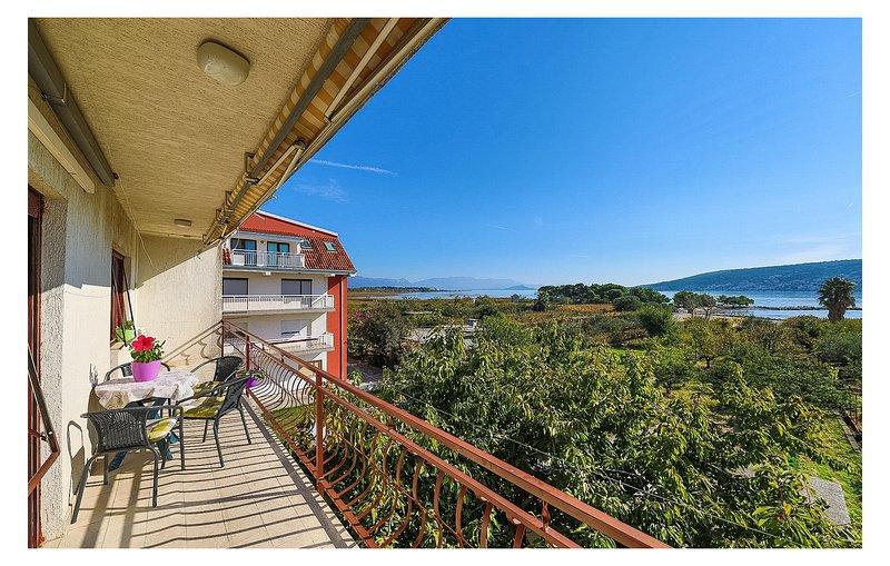 Amazing apartment in Trogir with 2 Bedrooms (CDC457), location de vacances à Mastrinka
