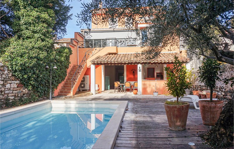 Nice home in Saint Chinian with Outdoor swimming pool and 5 Bedrooms (FLH340), holiday rental in Cebazan