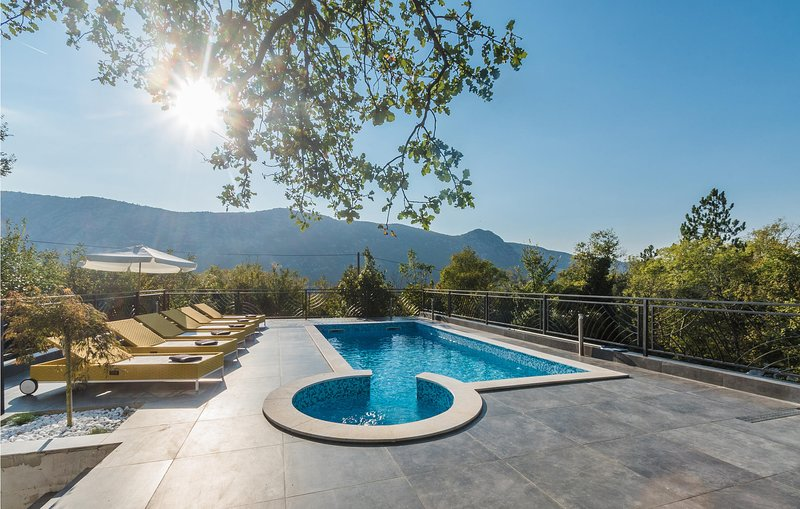 Beautiful home in Grizane with Outdoor swimming pool and 3 Bedrooms (CKC083), casa vacanza a Kamenjak