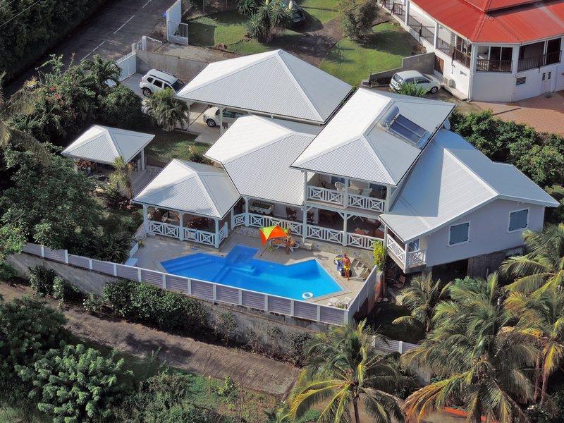 Chambre + SDB privée, vue panoramique sur la mer des Caraïbes, holiday rental in Bellefontaine