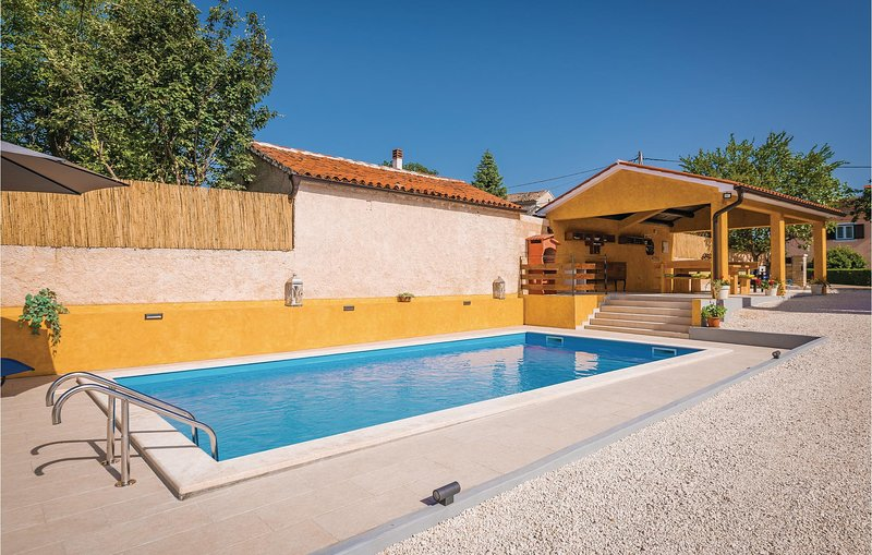 Beautiful home in Barban with Outdoor swimming pool, WiFi and 3 Bedrooms (CIC008, location de vacances à Prhati