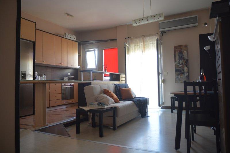 Modern apartment, 5΄ walk from central metro station, location de vacances à Kamatero