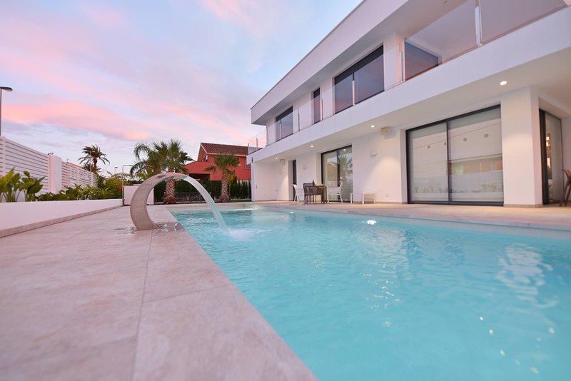 New-build villa first line beach with 4 bedrooms, casa vacanza a El Carmoli