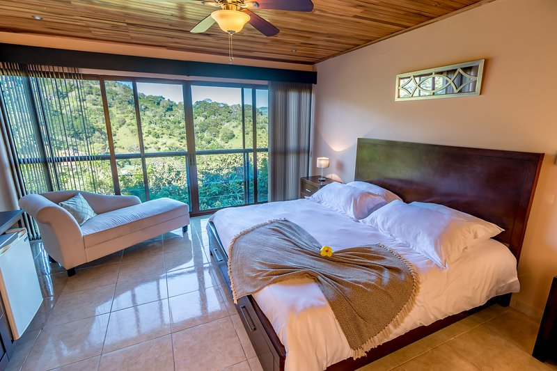 Room with private rooftop terrace and 360º views, holiday rental in Province of Alajuela