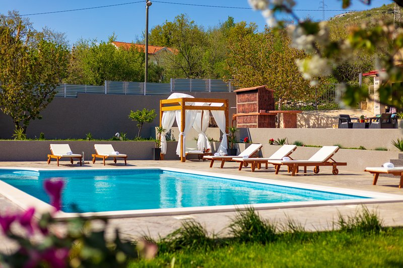 Villa Relax - 50 m2 private pool, 500 m2 yard, sauna....., holiday rental in Tugare
