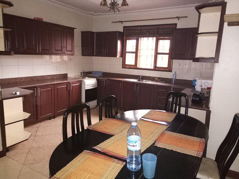 Cozy two bedrooms furnished apartment in kiwatule., location de vacances à Kampala