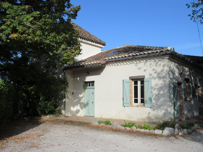 Secluded, spacious farmhouse Moissac, Tarn-et-Garonne with large private pool, vacation rental in Durfort-Lacapelette